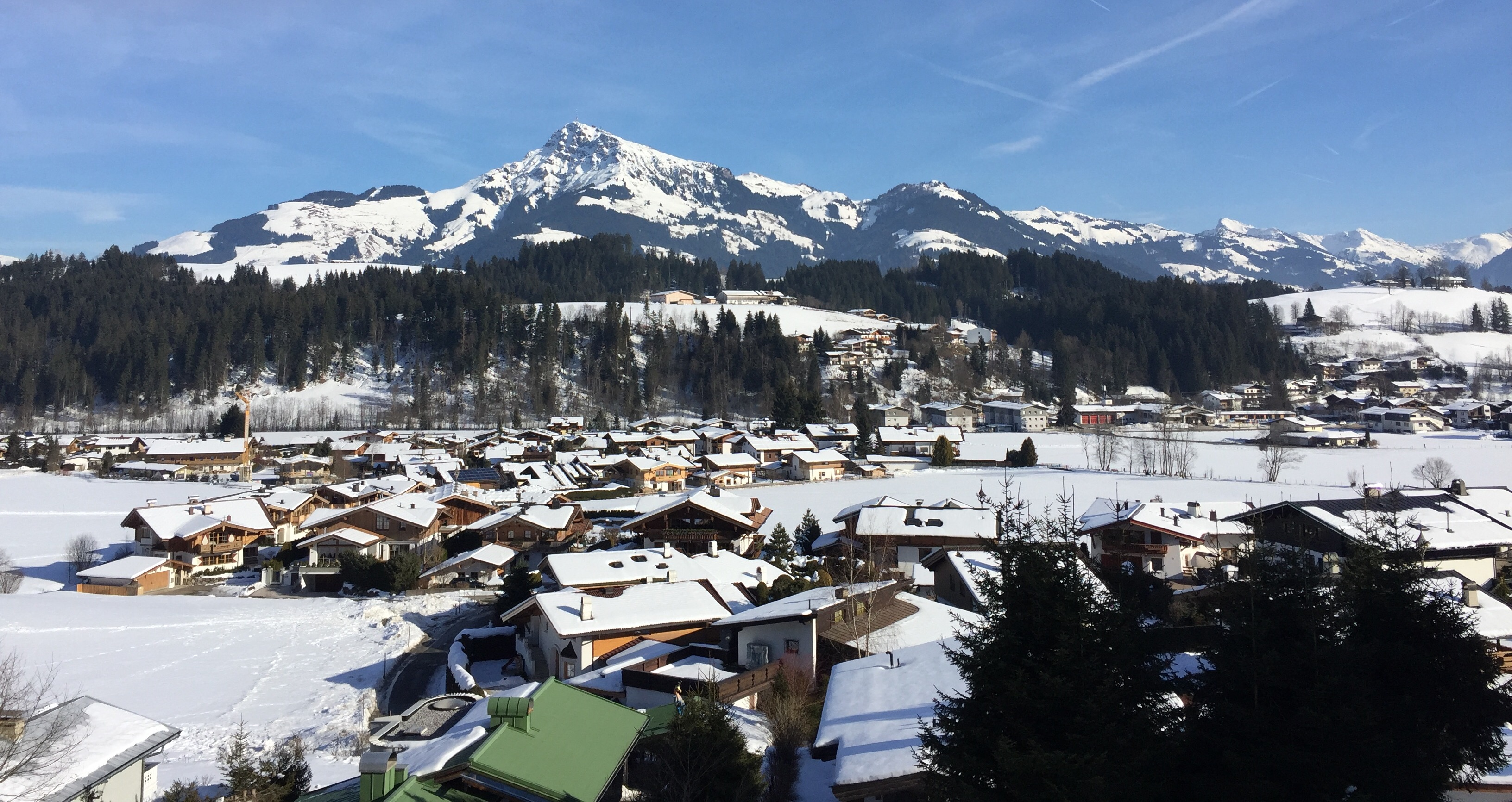 a-travel-guide-to-skiing-in-Kitzbühel-scenic-mountain-view